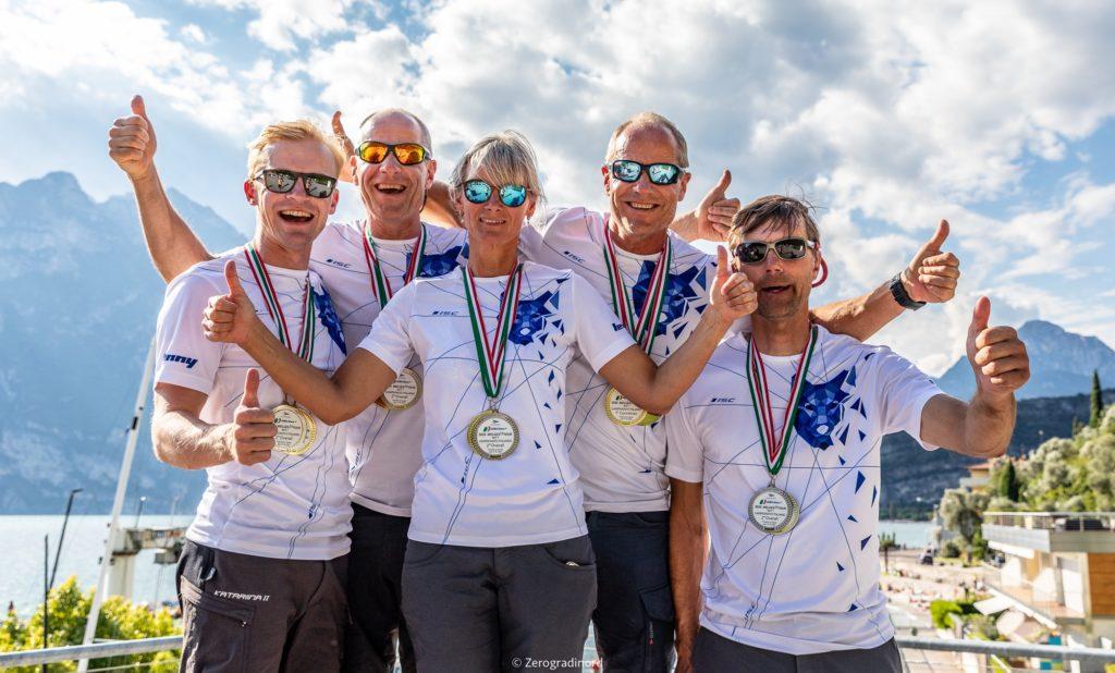 Tõnu Tõniste, Toomas Tõniste, Tammo Otsasoo, Henri Tauts ja Maiki Saaring jahil Lenny EST790 - 2020 Melges 24 Itaalia Meistrivõistluste hõbe ja parim tiim Corinthian arvestuses - FOTO: Zerogradinord